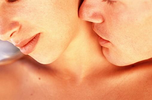 首筋にキスをする男性心理とは?キスマークを付ける意味