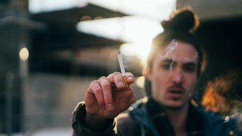 大好きな彼氏とのキスがタバコ臭い!体への影響や対策とは?